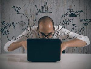 Gode tips til content marketing - manden skriver løs på sin computer, for at lave en masse godt indhold til hans hjemmeside